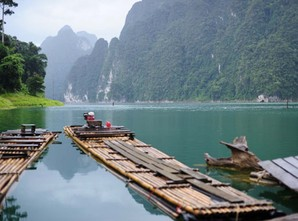 Bamboo_raft_ready_to_cruise_down_the_lake